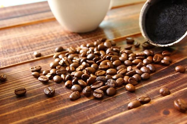 Zamknij palone ziarna kawy na brązowej drewnianej podłodze w stylu retro