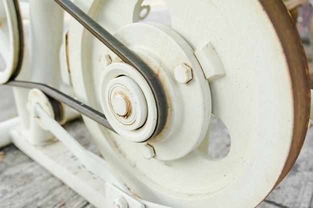 Zamknij pasek i koło pasowe na silniku