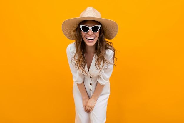 Zamknij portret uroczej uroczej pięknej młodej dziewczyny w słomkowym kapeluszu i okularach na pomarańczowo