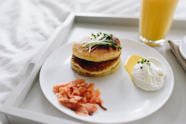 Zamknij pożywne i smaczne zdrowe śniadanie w łóżku na tacy