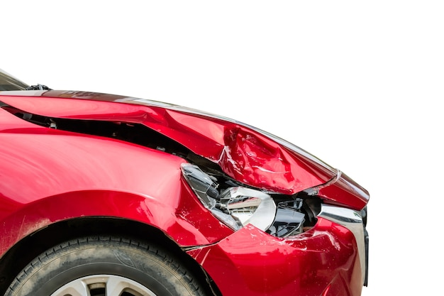 Zamknij prawy przód czerwonego, nowoczesnego samochodu, który został uszkodzony przez przypadek. na białym tle. do reklamowania koncepcji ubezpieczenia lub naprawy samochodu