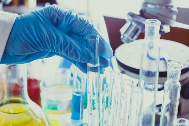 Zamknij probówkę laboratoryjną w dłoni pracownika