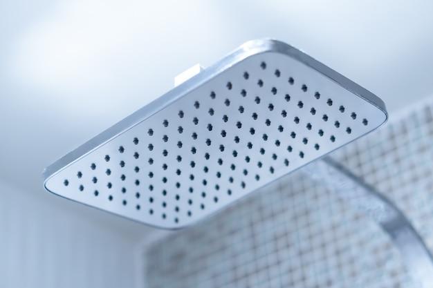Zamknij prysznic ze strumieniem deszczowym w luksusowej łazience