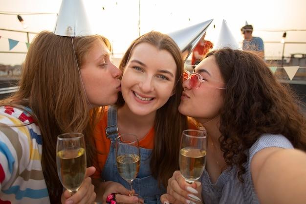Zamknij przyjaciół na przyjęciu urodzinowym