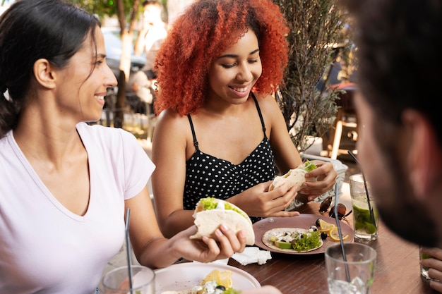 Zamknij przyjaciół z pysznym jedzeniem