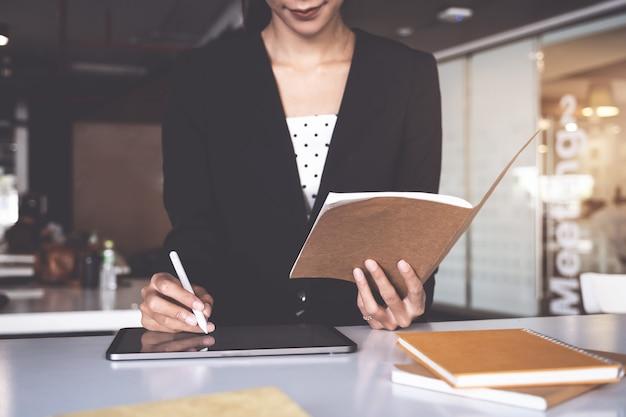 Zamknij rękę zarządzających funduszami, aby skonsultować się i omówić analizę inwestycyjny rynek akcji według dokumentu z danymi.