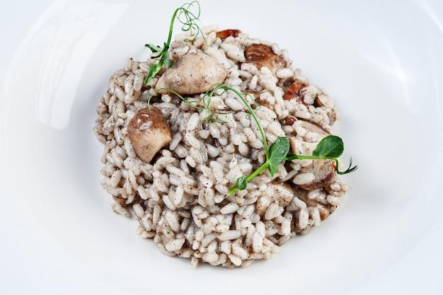 Zamknij risotto z borowikami i makaronem truflowym w białej misce