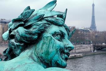 Zamknij się statua z wieży Eiffla w tle, Paryż, Francja