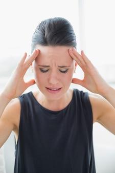 Zamknij się z młodych businesswoman cierpiących na ból głowy