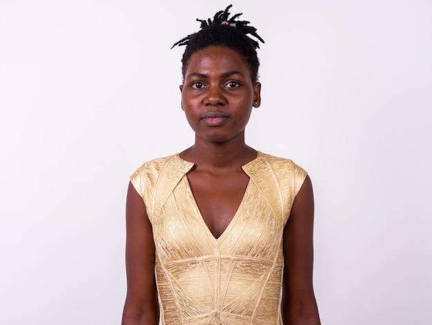 Zamknij si? m? oda pi? kna kobieta afryki noszenie sukni z? ota gotowa do zabawy odizolowane
