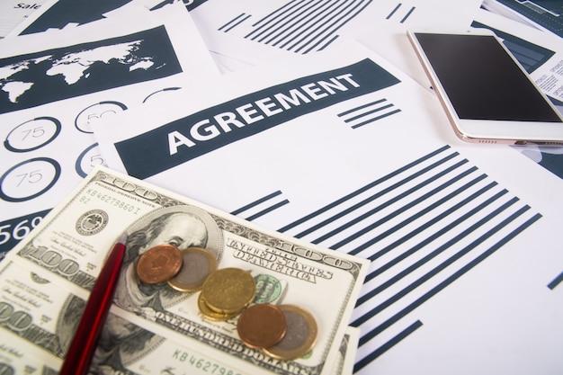 Zamknij si? smartphone money wykresy i wykresy w miejscu pracy w biurze. pomysł na biznes.