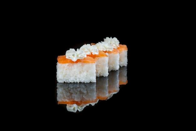 Zamknij si? sushi roll na czarnym tle danie japo? skie