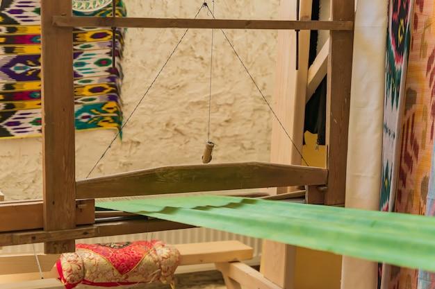 Zamknij się arabski krosno do tkania dywanów w pokoju