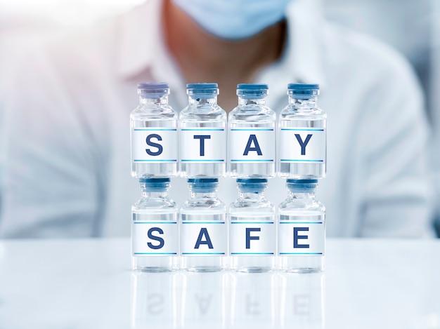 Zamknij się, bądź bezpieczny, słowo na etykietach na fiolkach butelek w laboratorium