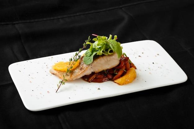 Zamknij się biały filet z ryby z gulaszem warzywnym