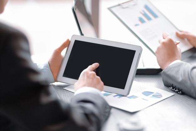 Zamknij się.biznesmen klika na ekranie cyfrowego tabletu.biznes i technologia