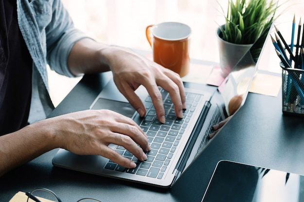 Zamknij się biznesmen przy użyciu komputera przenośnego