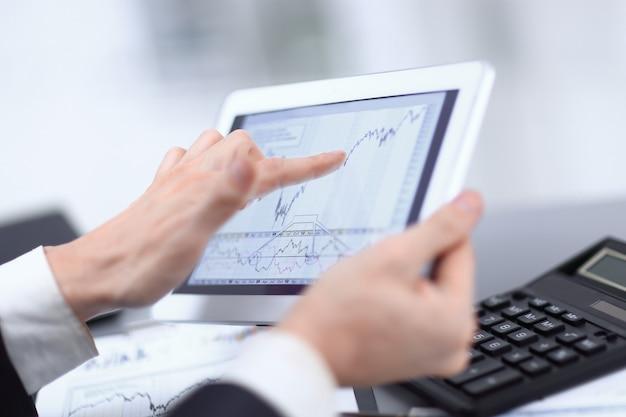 Zamknij się.biznesmen, wskazując na ekran cyfrowego tabletu