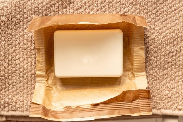Zamknij się br mydła w pakiecie rzemiosła papieru na ręcznik