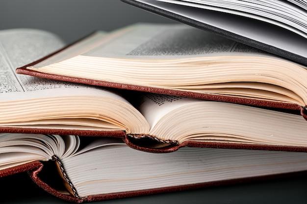 Zamknij się brązowy drewniany młotek i książki