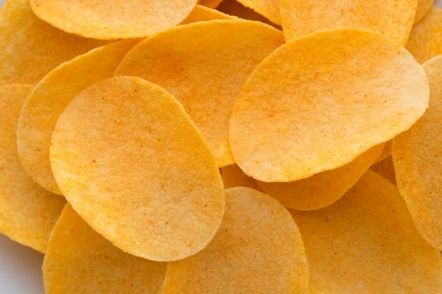 Zamknij się chipsy ziemniaczane na widoku z góry drewna