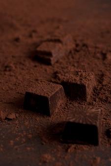 Zamknij się cukierki czekoladowe pokryte ciemnym proszkiem