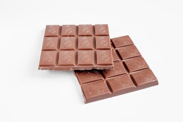 Zamknij się czekolada na białym tle