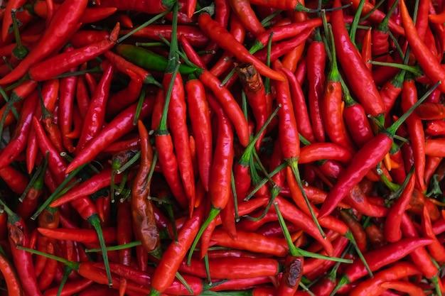 Zamknij się czerwona papryczka chilli na rynku