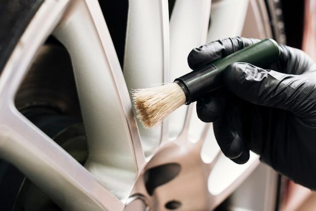 Zamknij się człowiek czyszczenia felg samochodowych