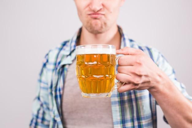 Zamknij się człowiek posiadający kubek piwa. tło z miejsca na kopię.
