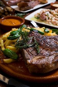 Zamknij się danie z grilla kotlet wołowy na drewnianym stole w restauracji