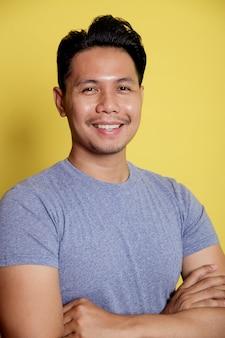 Zamknij się dorywczo młody człowiek uśmiech wyrażenie skrzyżowane ramiona izolowane na żółtym tle koloru