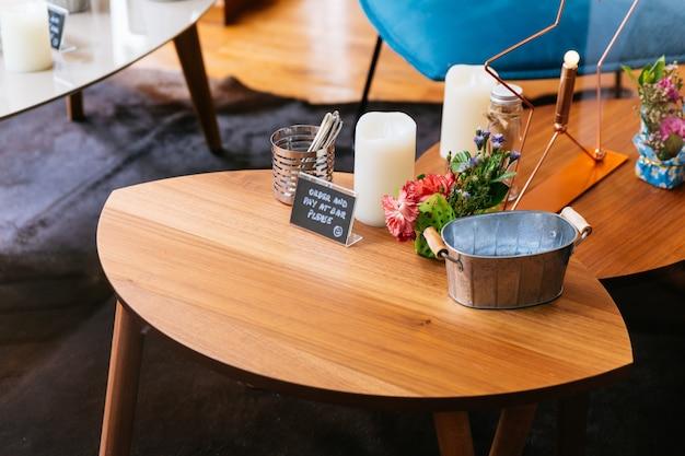 Zamknij się drewniany stół ze słowami