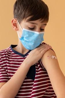 Zamknij się dziecko noszące maskę