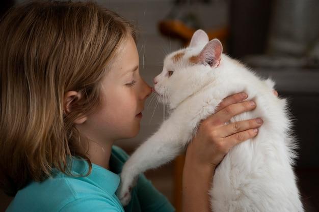 Zamknij się dziecko trzymające kota