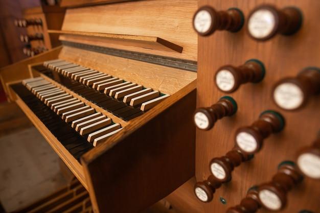 Zamknij się historyczne drewniane organy kościelne, instrument muzyczny