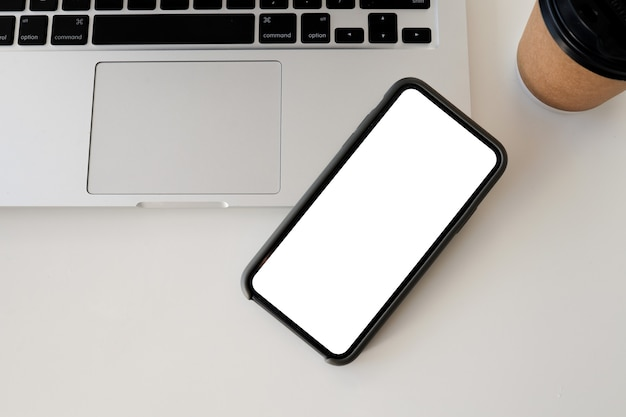 Zamknij się inteligentny telefon i komputer na biały widok z góry. makieta białego ekranu