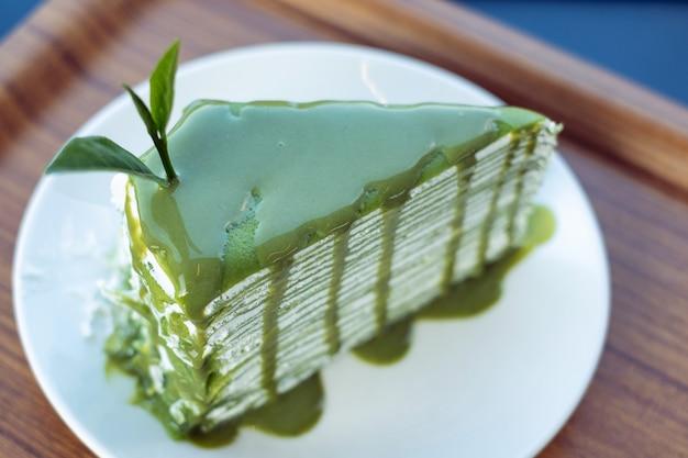 Zamknij się kawałek sernika zielonej herbaty serwowane na stole