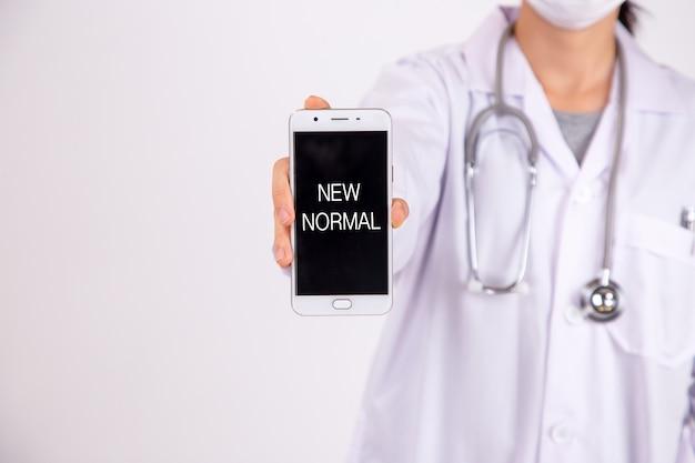 Zamknij się kobieta lekarza z telefonem na białym tle. nowa normalność.