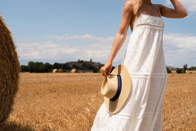 zamknij się kobieta trzymająca kapelusz