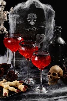 Zamknij się koktajle halloween gotowe do podania