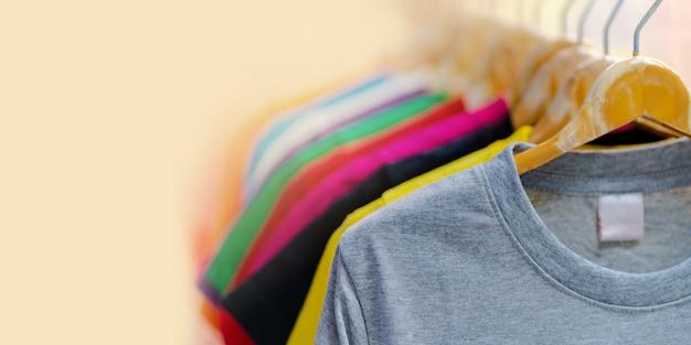 Zamknij się kolorowe koszulki na wieszakach