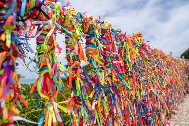Zamknij się kolorowe wstążki przeciw w arraial d'ajuda, bahia, brazylia