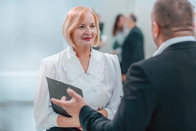 Zamknij się. kompetentna bizneswoman rozmawia z kolegą