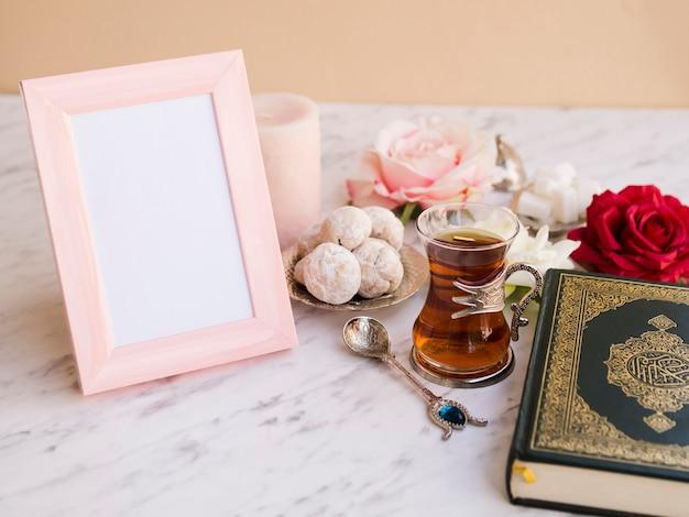 Zamknij się koran na świąteczny stół z ramki na zdjęcia