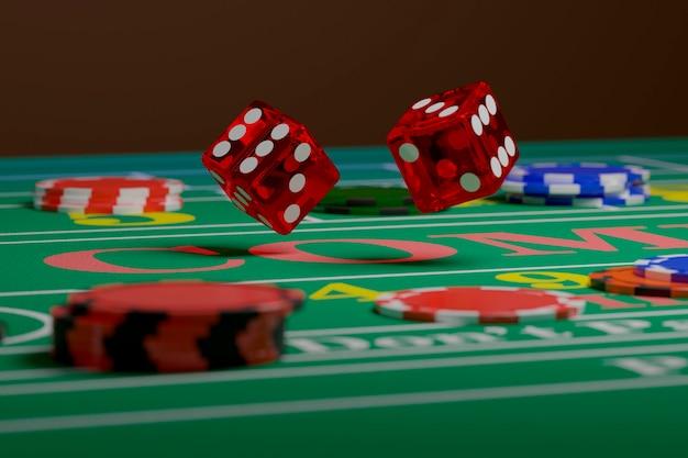 Zamknij się kości toczenia na stole do gry w kości. losowa koncepcja.