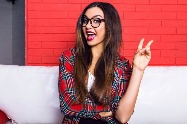 Zamknij się kryty portret młodej kobiety całkiem hipster z długimi włosami brunetka i jasny makijaż