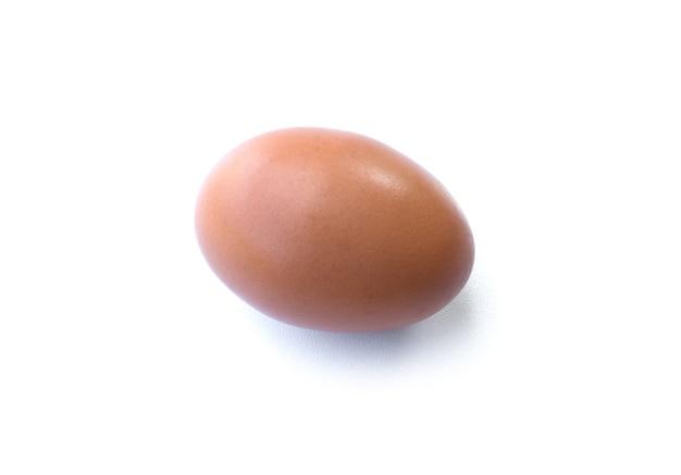 Zamknij się kurze jajo na białym tle