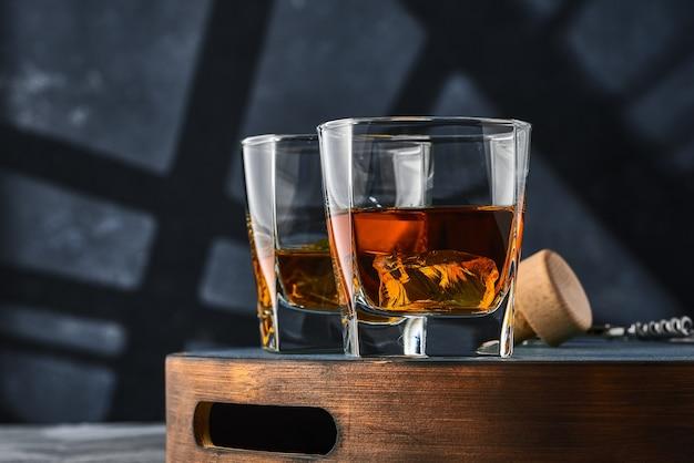 Zamknij się kwadratowe szklanki whisky z lodem