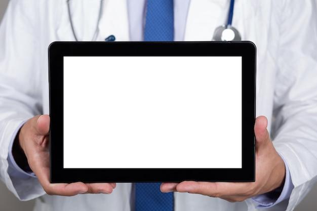 Zamknij się lekarz w białym fartuchu ze stetoskopem pokazując tabletkę